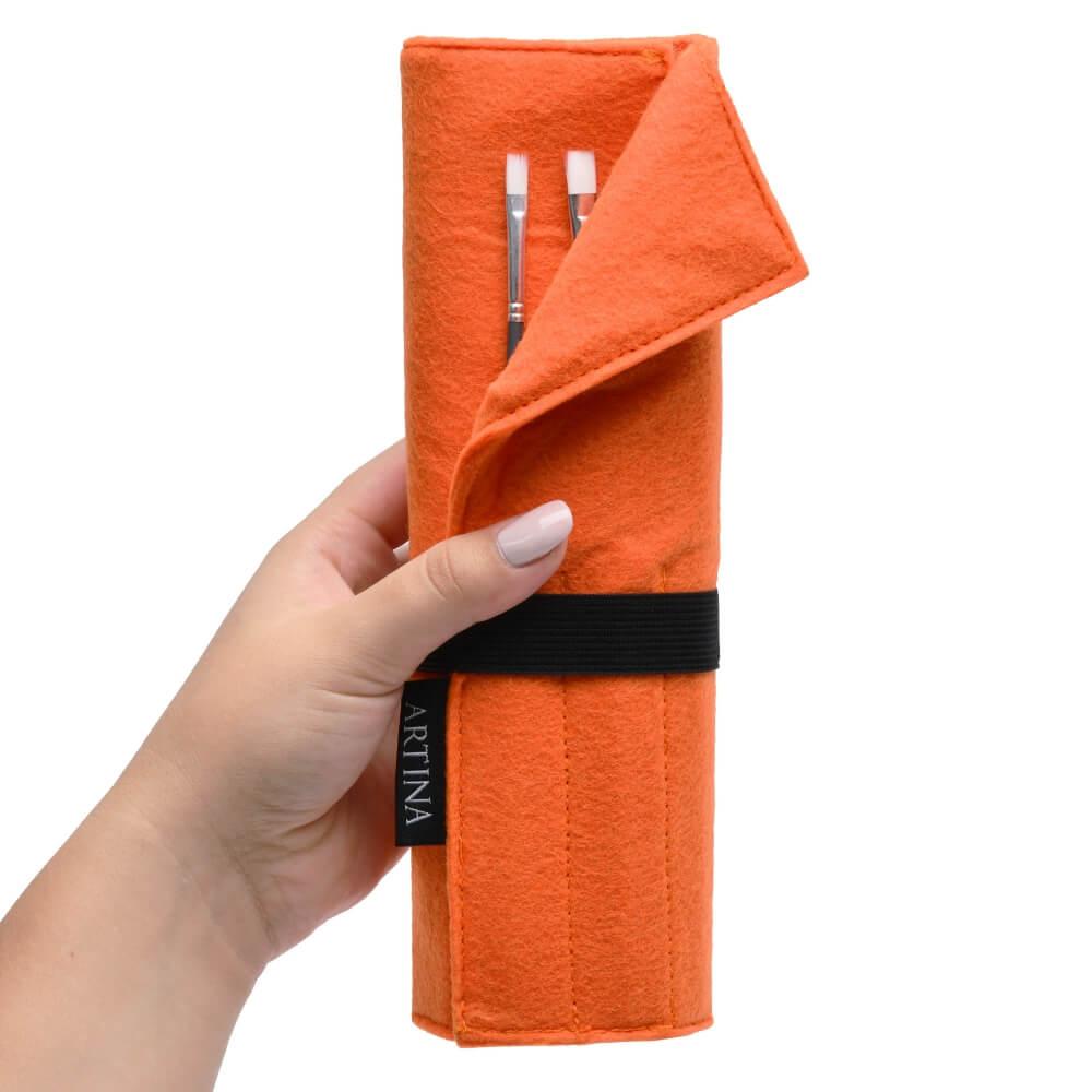 artina_pinseltasche_eindhoven_ecke_geknickt_hand_orange(1).jpg